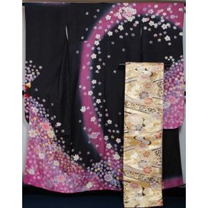 黒・紫色のぼかし地に春秋の花吹雪模様が染められた振袖と、金色の地に流水に手毬模様が織られた袋帯の2点...