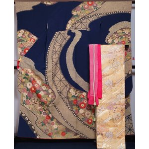 紺色の地に百花に花車模様が染められた振袖と、金色の地にラインに桜模様が織られた袋帯、躑躅色の総絞りの...