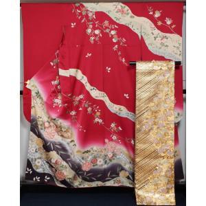 赤色の地に道長に辻が花や百花模様が染められた振袖と、金・黒色のライン模様の地に椿模様が織られた袋帯の...