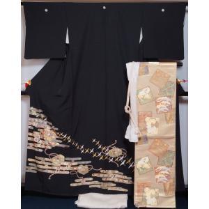 黒色の正絹ちりめん地に金のエ霞に文箱模様などが施された黒留袖と、金色の地に色紙に飛鶴や春秋の草花模様...