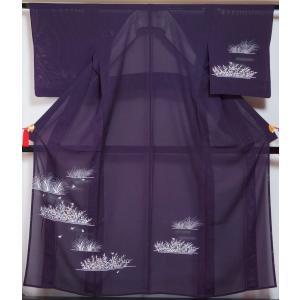 本紫色の絽地に水草に蛍模様が染められた夏の訪問着です。  ◆仕立: 単衣 居敷当て無し・共布背伏せ付...