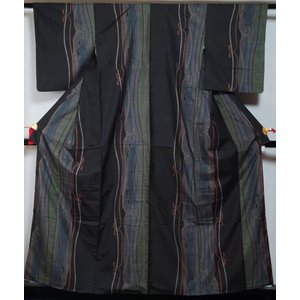 大島紬 ぼかし織り分けにリボン模様 9マルキ 黒色 正絹 着物 紬 大島 紬 送料無料 中古 紬の着物 リサイクル着物 リサイクル紬 正絹 つむぎ|kimonotenyou