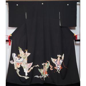 ヴィンテージ 黒留袖 着物リメイク 素材用 広幅サイズ 雅楽 迦陵頻模様 丸に木瓜紋 五つ紋 縮緬 人形 正絹 送料無料 中古 リサイクル着物 黒留 アンティーク着物|kimonotenyou