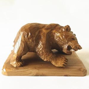 えんじゅの木で製作された 熊の木彫りの置物 【いかり熊】です。 置き台つきになります。 写真に掲載し...