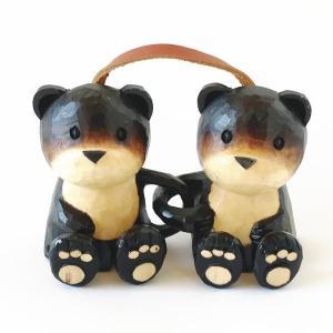 木製の熊(クマ)の置物(オブジェ)です。 後ろに紐が取り付けられており、壁掛けとしても使用できます。...