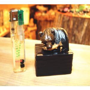 鮭をくわえた 木彫り熊の置物 小 です。 置き台つきになります。 写真に掲載しているライターは別売り...