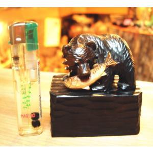 鮭をくわえた 熊の木彫りの置物 大 です。 置き台つきになります。 写真に掲載しているライターは別売...