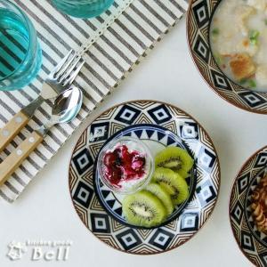 図形の連続紋様をデザインした小さめな取り皿です。  パン皿やデザート皿に適したサイズでございます。 ...