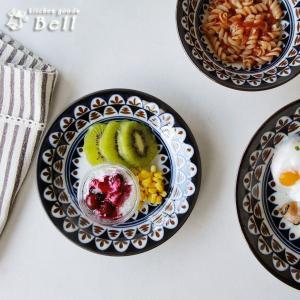 図形の連続紋様をデザインした小さめな取り皿です。  大皿料理の取り分け用としても便利 斜めのリムが汁...