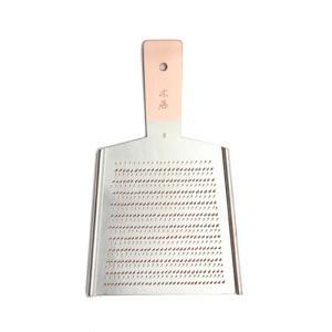 純銅のおろし金は、年季の入った職人が一つ一つタガネを使って丹念に造り上げます。<br>機...