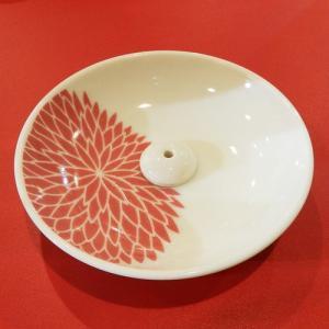 日本文化の美の象徴である伝統文様や家紋というモチーフをデザイン化した香皿です。菊は日本を象徴する花で...
