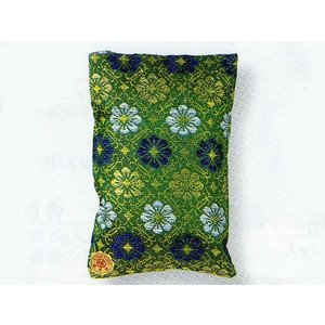 角形大和錦の匂い袋です。  春と秋の2回、湿気の少ない、良く晴れた時に着物を『かげ干し』にして良く風...