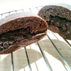 ふんわり甘い生地にほろ苦いココアとチョコチップを混ぜ、中にはたっぷりとチョコを包みました。  そのま...
