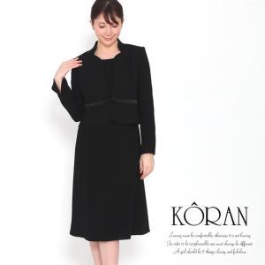 洗練デザインで品のある大人顔 桂由美のブラックフォーマルアンサンブルスーツ 独特な襟の形で首回りをス...
