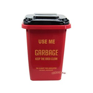 アメリカの公園などに設置しているようなゴミ箱をモチーフして作られた カラフル仕上げのプラスチック製の...