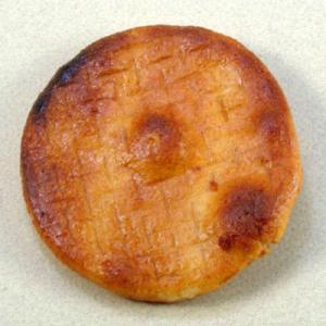 本手焼き醤油せんべい 職人が一枚一枚丹念に焼き上げました|kotobukiseika