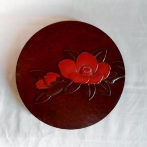 鎌倉彫 壁飾り 丸 六寸 枝椿(花朱入り)|koudou