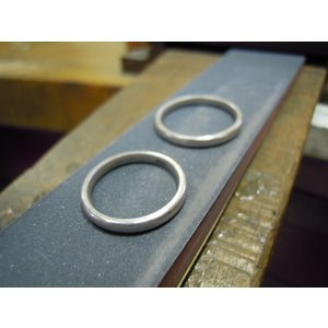 プラチナ結婚指輪(鍛造&彫金)光沢 ウェーブ彫り 波デザイン|kouki|05
