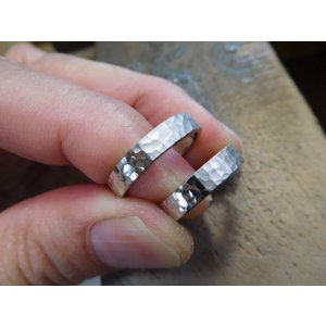 プラチナ結婚指輪(鍛造&彫金)光沢 印台風リング ダイヤのパヴェ留め kouki