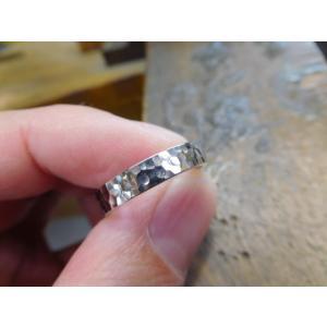 プラチナ結婚指輪(鍛造&彫金)光沢 印台風リング ダイヤのパヴェ留め|kouki|03