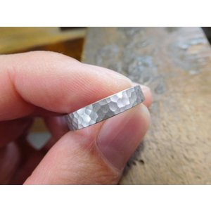 プラチナ結婚指輪(鍛造&彫金)光沢 印台風リング ダイヤのパヴェ留め kouki 04