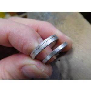 プラチナ結婚指輪(鍛造&彫金)光沢 幅広リングに繋がるハート 透かし彫り|kouki