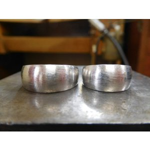 プラチナ結婚指輪(鍛造&彫金)荒仕上げ&荒削り 幅広の月形甲丸リング|kouki