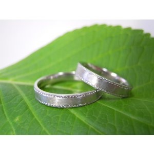 プラチナ結婚指輪(鍛造&彫金)艶消し 平打ちリングの縁に小さいミル打ち|kouki|03