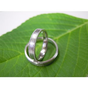 プラチナ結婚指輪(鍛造&彫金)艶消し 平打ちリングの縁に小さいミル打ち|kouki|04