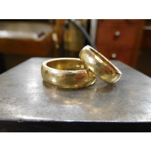 ゴールド結婚指輪(鍛造&彫金)鎚起の叩き出し 幅広甲丸リング 男性6.5mm 女性4.5mm|kouki|20