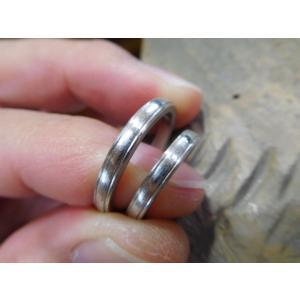 プラチナ結婚指輪(鍛造&彫金)甲丸リングの両フチに極小ミル打ち リング幅2.6ミリ|kouki|09