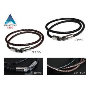 気分で付け替えられる2色展開 紐はブラック・ブラウンの2色展開。気分や服装に合わせて付け替えられます