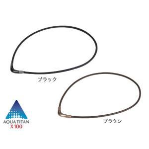 シンプルなカラーリングで全体を統一。V字のトップが鎖骨の前で自然なラインを形成し、首元や顔まわりをシ...