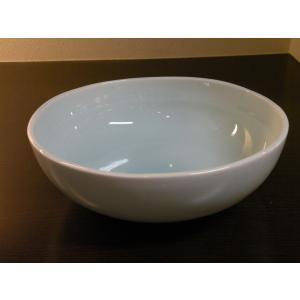 砥部焼【淡青白磁 ボール】 (大サイズ)  【陶彩窯】   なめらかで程よい厚みのある白磁が特徴的な...