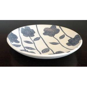 なめらかで程よい厚みのある砥部焼の7寸皿です。 独特な手触りで、食卓に映えるおしゃれなデザインです。...
