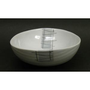 なめらかで程よい厚みのある白磁が特徴的な、砥部焼の大皿です。 パスタやカレーなどのお料理にもよく合い...
