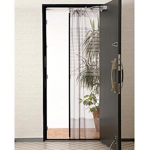 自然の風を通し、出入りもスムーズな全開式玄関網戸です。  取り付けも簡単♪ ドア枠の上部に突っ張り棒...