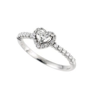 高品質のハートシェイプカットダイヤモンドをセンターに、16石のダイヤモンドで取り囲んだ華やかなデザイ...