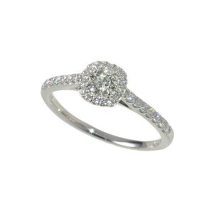 ラウンドブリリアントカットのダイヤモンドリング。華やかな取り巻きデザインが気品ある存在感を放ちます。...