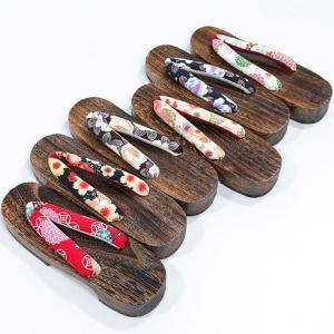 女性用の下駄です。 鼻緒は日本製のちりめん和柄生地を使用。大正ロマン風のキュートな柄が魅力です。 ふ...