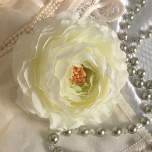 コサージュ 兼 髪飾り ラナンキュラス・ホワイトウエディング クリスタル又はパール付|kyoto-flower