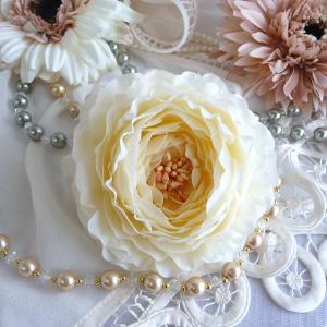 コサージュ ラナンキュラス フロマージュブラン クリスタルorパール付|kyoto-flower
