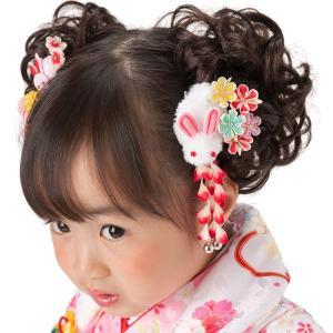 小さなお子様も笑顔になるうさぎさんマスコットの付いた可愛い髪飾り。 繊細なつまみ細工のお花や歩くたび...