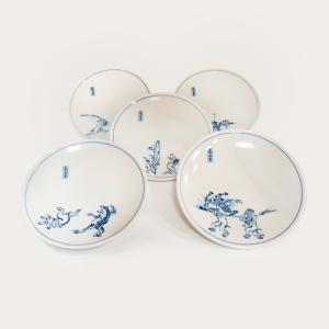 無料でギフト包装承ります。  家族や友人へのギフトにおすすめの、 京都の清水焼でできた平皿5枚組です...