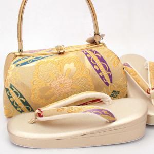 西陣織の帯地を使用した草履バッグセットです。  ゴールドの地に大ぶりの花がデザインされたバッグは金糸...