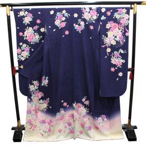 黒地にパープル、グレーなどの落ち着いた色味の桜の文様が華やかな振り袖です。 中古ですが状態良好です。...