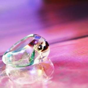 ガラス素材ならではの優しさのある不定形のフォルムの嵌め易いリングです。内部には優しい色合いをマーブル...