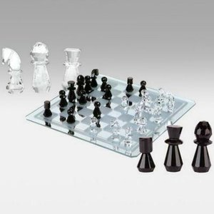 クリスタルのチェスピースが鏡に映し出される非常に美しいチェスセットです。 シャンデリアの素材でもある...