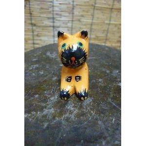 かわいいミニミニネコの 木彫りの置物です。   サイズ:タテ約4.5cm ヨコ約2cm 奥行き約2....