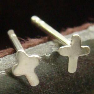 シルバーピアス レディース 周りが優しげな曲線のプチピアス 小さなクロス・十字架のピアス|laplateriashu